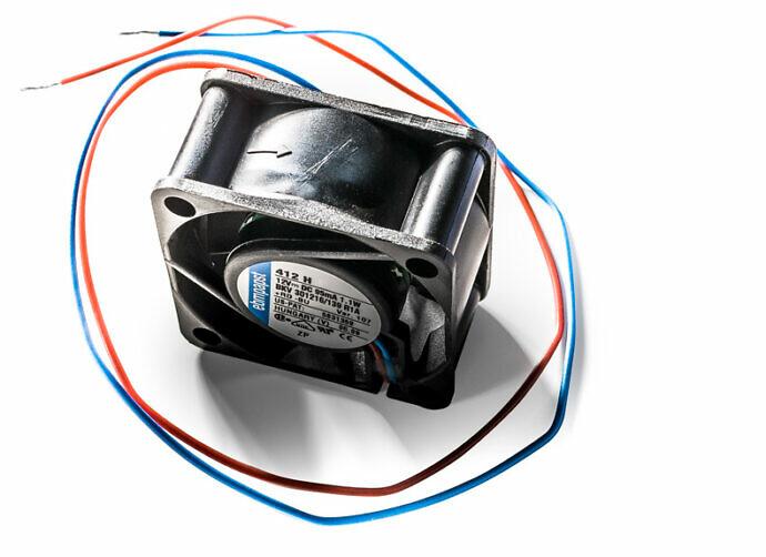 Coole Produkt Fotografie mit Storytelling: Das rote oder das blaue Kabel?