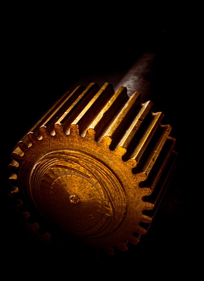Coole Produkt Fotografie mit Storytelling: Zahnrad Messing und Gold